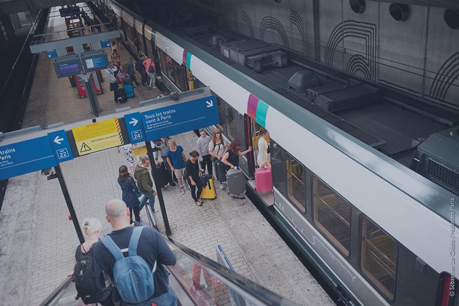 voyageurs dans la gare RER de Roissy