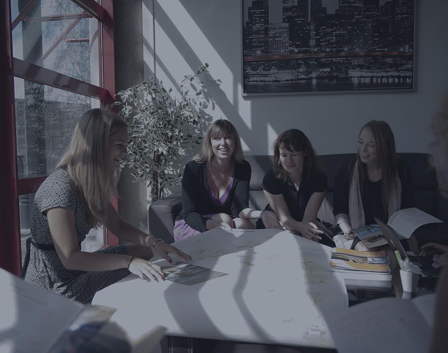 plusieurs femmes travaillent autour d'une table