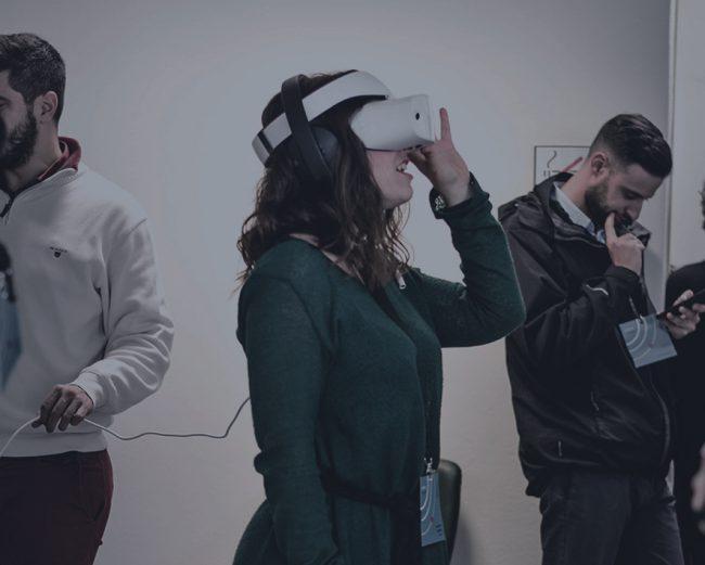 femme portatn un casque de réalité virtuelle sur les yeux