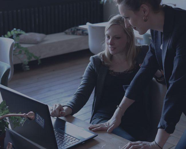 deux femmes travaillent sur un ordinateur