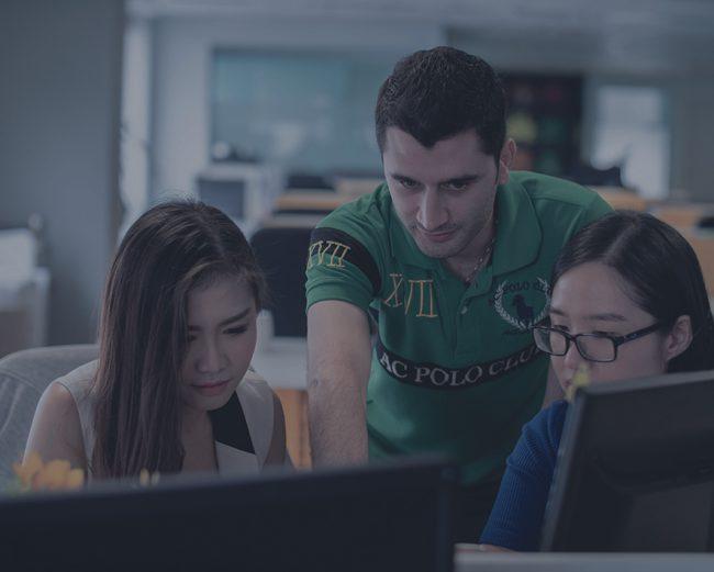 3 personnes travaillent sur un ordinateur